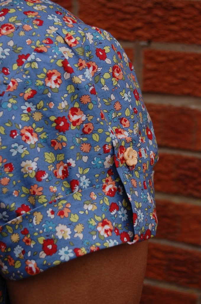 Simplicity 2365 close up of sleeve tab and button