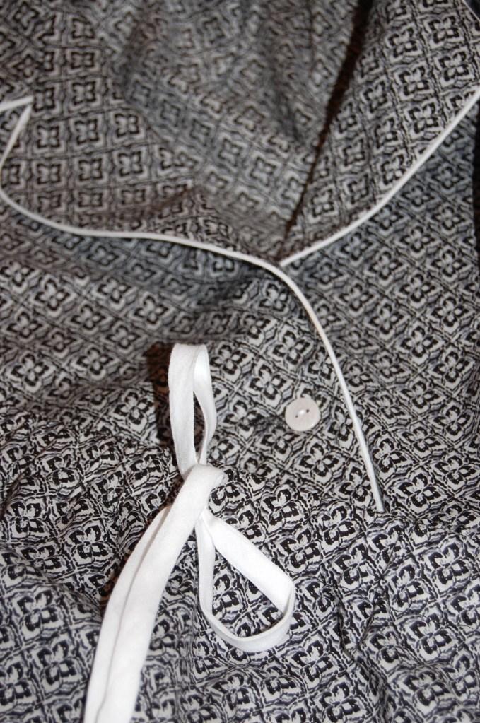 Simplicity 2317: DIY Summer Pyjamas - piping and front bow close up